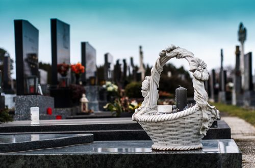 Ce qu'il faut considérer lors du choix d'une pierre tombale